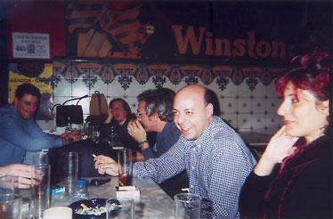 En el mismo bar y en primer plano tenemos a Yolanda Díaz, seguida de Victor Rivas, Jaume Vivó y al fondo, no sabiendo bien que hacía tenemos a Lydia Arnau