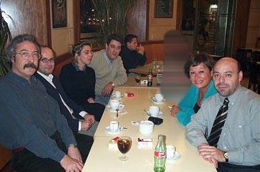 Y no fuimos a tomar algo, en esta ocasión sin alcohol pero que no sirva de precedente... De izquierda a derecha vemos a Jaume Vivó, Miguel Ángel Molinero, Luz, Miguel Ángel Díaz, Rosa Pujol y Victor Rivas