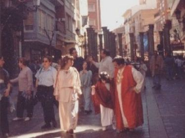 Familia  romana que viene del mercado situado al fondo