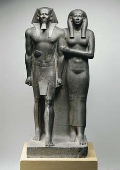Estatua del Rey Menkaure y la Reina Jamerernebty II. Guiza, Dinastía IV (tempus Menkaure/Micerinos). Museum of Fine Arts, Boston, inv. n° 11.1738
