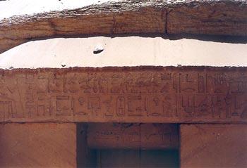 Tumba de Ny-anj-Re, al sur de la Calzada de Unis. Dintel de la puerta de la tumba, a la izquierda, el difunto sentado frente a dos hileras de textos con sus títulos. El interior de la tumba no presenta ninguna inscripción