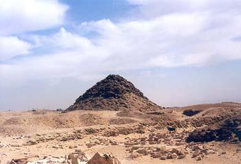 Complejo Funerario del rey Userkaf. Dinastía V. Vista sudoeste de la Pírámide de Userkaf