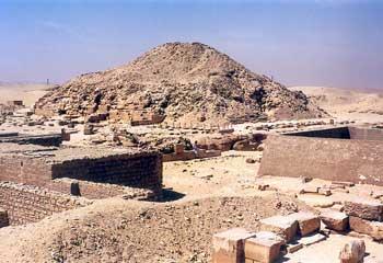 Complejo Funerario del rey Unis (Onos). Dinastía V. Vista noreste de la Pirámide y el Templo Funerario de Unis