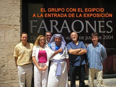 El grupo con el egipcio a la entrada de la exposición