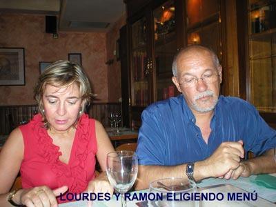 Lourdes y Ramón eligiendo el menú