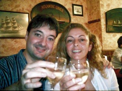 Eric y Gisela brindando por el éxito del encuentro