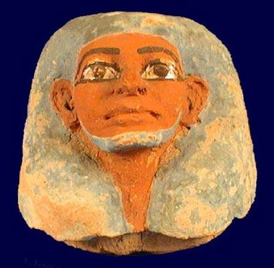 Tapa de vaso canopo representando un hombre con barba azul. Museo Nacional de Bruselas – E4353