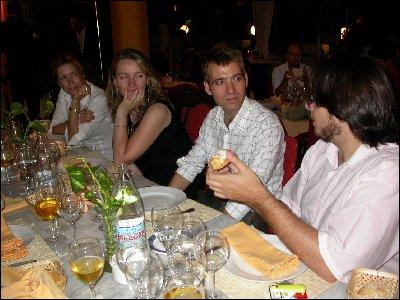 Cristina, Silvia, Gerardo atentos ante las explicaciones de Curro