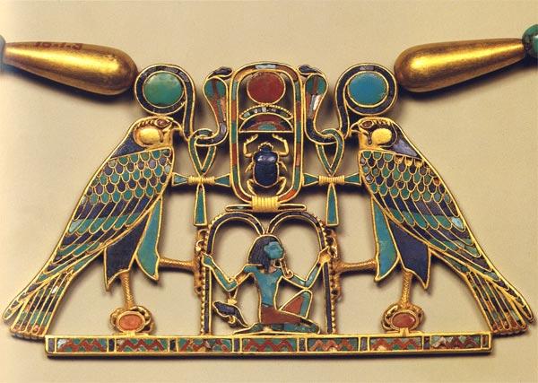 Fig. 1. Pectoral con el nombre de Sesostris II localizado en la tumba de la princesa Sit-Hathor-Yunet