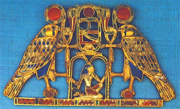 Fig. 3. Pectoral con el nombre de Amenemes III localizado en la tumba de la princesa Sit-Hathor-Yunet en el-Lahum. C. ALDRED, Jewels of the Pharaohs. Egyptian Jewelry of the Dynastic Period, Londres, 1978, Fig. 26
