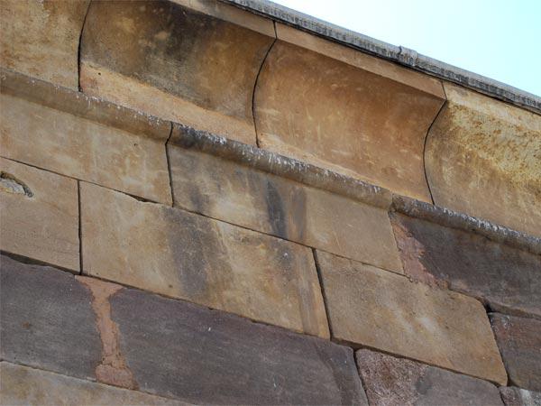 Mas ejemplos de como se acumulan los excrementos de las aves en muchas partes del templo