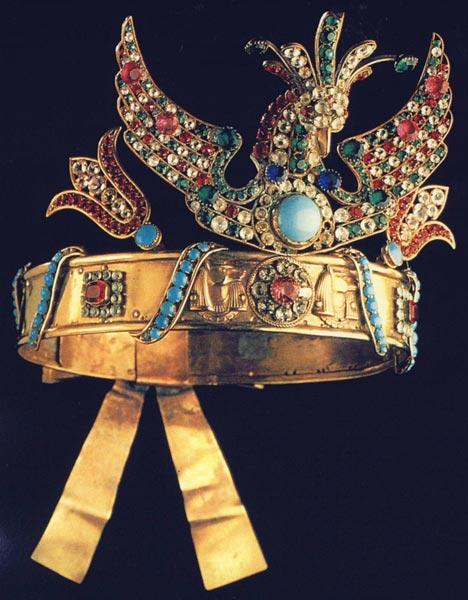 Corona de bisutería de inspiración egipcia para una escena de la ópera Aida. Conservada en el departamento de música de la Biblioteca Nacional de París. Catálogo de la exposición Egiptomania, p. 435