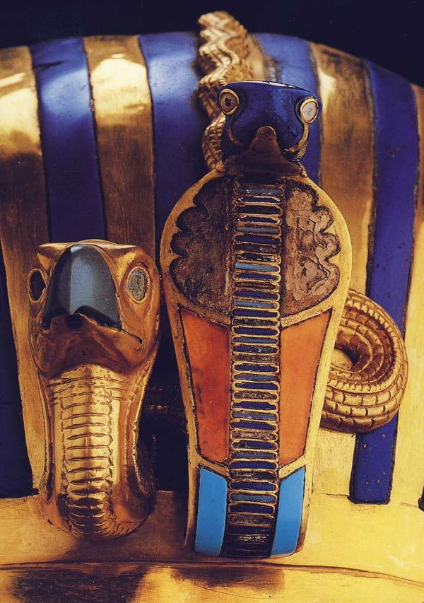 Fig. 4. Detalle de los emblemas de poder, el buitre y la cobra, alusivos a Nekhbet y a Uadyet, ornamentando la frente del sobe-rano. Se puede observar el traba-jo detallado de los orfebres en estos elementos y la circunstancia de que no se hay incrustación en los ojos del buitre. Detalle de foto en T. G. HENRY JAMES, Tutankamón, Barcelona, 2001, p. 97