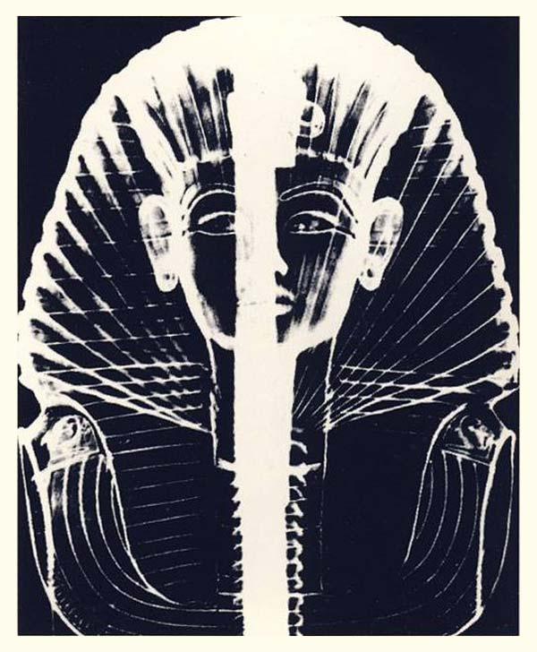 Fig. 5. Radiografía de la máscara de Tutankhamón. Se puede apreciar la uniformidad del grosor del metal, a excepción de una irregularidad en la zona de la mejilla izquierda. Lo más llamativo, no obstante, es que se hace patente que la máscara está integrada por dos partes que se unen en la parte central, surcando el rostro del rey. N. REEVES, Todo Tutankamón. El Rey. La tumba. El tesoro real, Bar-celona, 1991, p. 114