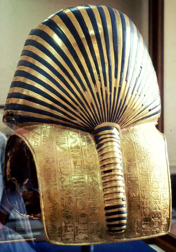 Fig. 6. Parte posterior de la máscara funeraria de Tutankhamón, donde se luce el recogido de tocado nemes que se remata con una especie de tranzado que cae por la espalda. Cincelado sobre el oro se observa el Capítulo 151b del Libro de los Muertos. Foto Susana Alegre García