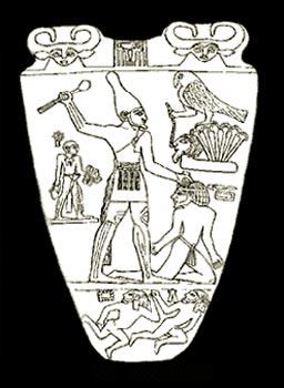 Figura 1. Paleta de Narmer de 19,5 cmts de alto por 18,8 de diámetro, donde se ve, detrás del Horus y en tamaño más pequeño al porta sandalias, llevando estas con un estuche en la mano izq. Y en la derecha un aguamanil. Hierakómpolis. Aprox. -3100. Museo Egipcio del Cairo. Paleta Cairo-Brooklyn en donde un porta sandalias aparece con un aguamanil muy parecido al que lleva en la Paleta de Narmer