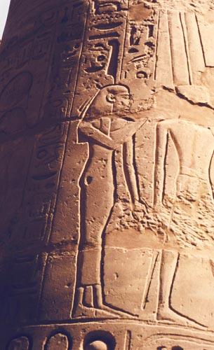 Fig. 2. Maat en un bajorrelieve de la Sala Hipóstila del templo de Karnak. Foto S. Alegre