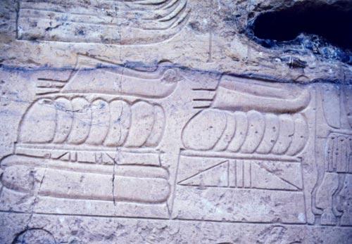 Fig. 8. Plumas de avestruz representada en el patio del templo de Beit el-Wali, en New Kalabsha. Foto S. Alegre