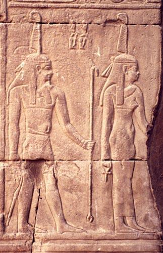 Fig. 12. Maat y Shu en una jamba del templo ptolemaico de Kom Ombo. Foto. S. Alegre