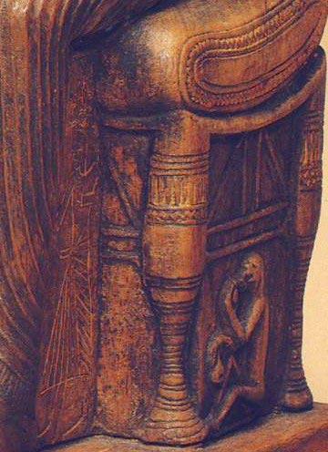 Foto 2. Detalle de la zona debajo del asiento de Hathor