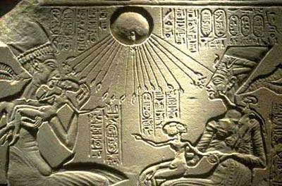 Ajenatón, Nefertiti y sus hijas. Estela hallada en Amarna