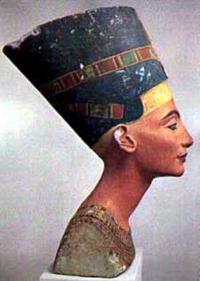 Busto plicromado de Nefertiti. Stäatliche Museum, Berlín