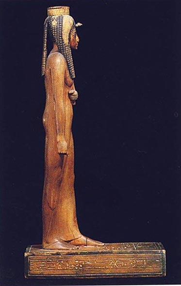 Foto 2. Perfil derecho. Foto en G. ANDREU, La statuette d'Ahmès Néfertari, París, 1997, p. 6, 3
