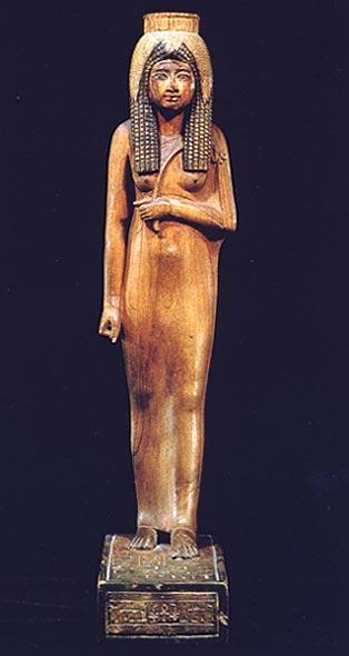 Foto 3. Frontal. Foto en G. ANDREU, La statuette d'Ahmès Néfertari, París, 1997, p. 5
