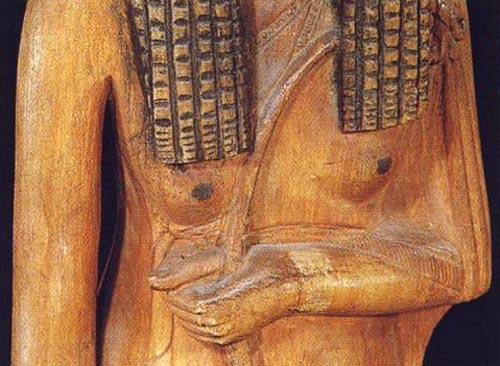 Foto 4. Detalle del anudado del vestido. Foto en G. ANDREU, La statuette d'Ahmès Néfertari, París, 1997, p. 12, 13