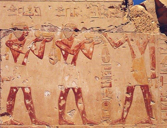 Foto 5. Representación de ofrendas de menats. Tem-plo de Ramsés II en Abidos. Foto Susana Alegre García.