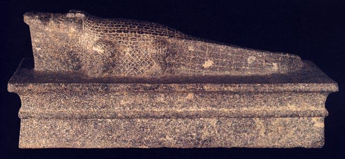 Foto 1. Perfil de la escultura de Sobek. Foto en A. EL-SHAHAWY, Luxor Museum, The Glory of Ancient Thebes, 2005, p-71