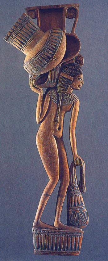 Foto 8. Cuchara con muchacha. Imperio Nuevo. Museo del Louvre, París. Foto en E. DELANGE, Rites et beauté. Objects de toilette égyptiens au musée du Louvre, París, 1993, p. 44