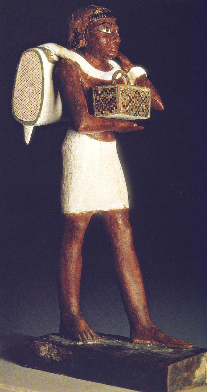 Fig. 1. Vista lateral del porteador de la mochila. Foto en M. DAMIANO, Antiguo Egipto. El esplendor de los faraones, Madrid, 2001, p. 92.