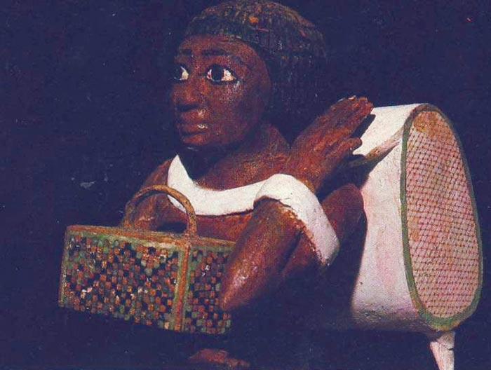 Fig. 5. Detalle de la cinta enroscada al brazo izquierdo. Foto en A. EGGEBRECHT, El antiguo Egipto. 3000 años de historia y cultura del imperio faraónico, Barcelona, 1990, p. 426.