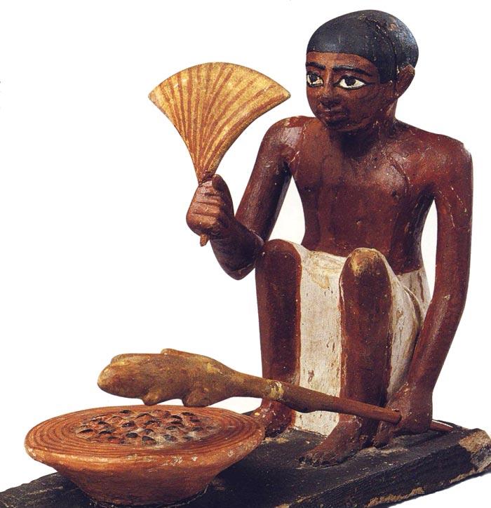Fig. 6. Hombre asando un pato. Foto en Tesoros egipcios de la colección del Museo Egipcio de El Cairo (obra coordinada por F. TIRADRITTI), Barcelona, 2000, p. 103.