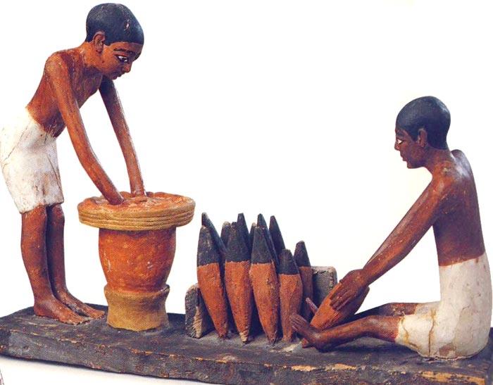 Fig. 8. Maqueta de la preparación de pan y cerveza. Foto en Tesoros egipcios de la colección del Museo Egipcio de El Cairo (obra coordinada por F. TIRADRITTI), Barcelona, 2000, p. 102.