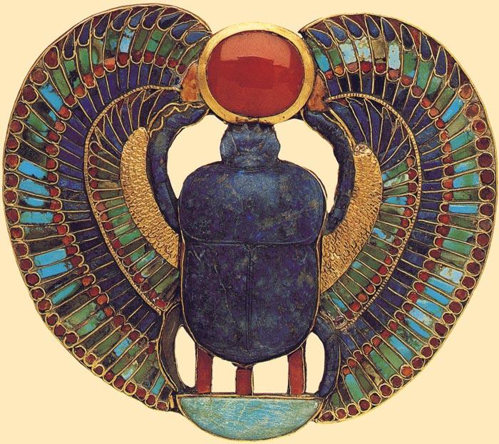 Foto 1. Pectoral con escarabajo alado de Tutankhamón. Foto en Foto en T.G. HENRY JAMES, Tutankamón, Barcelona, 2001, p. 231.