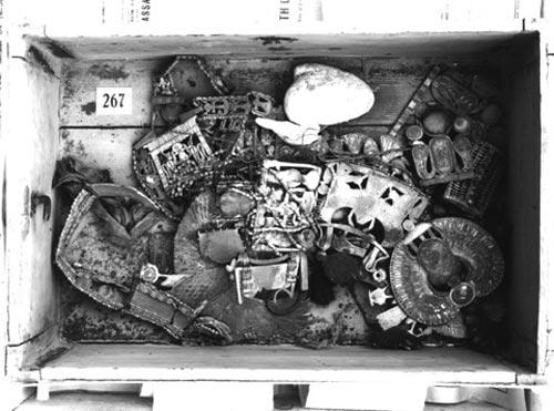 Foto 3. Interior del cofre de la sala del Tesoro. Estado algo revuelto del interior del cofre donde fue localizado el pectoral del escarabajo de Tutankhamón. Foto en http://www.ashmolean.org/gri/carter/267-p1168.html