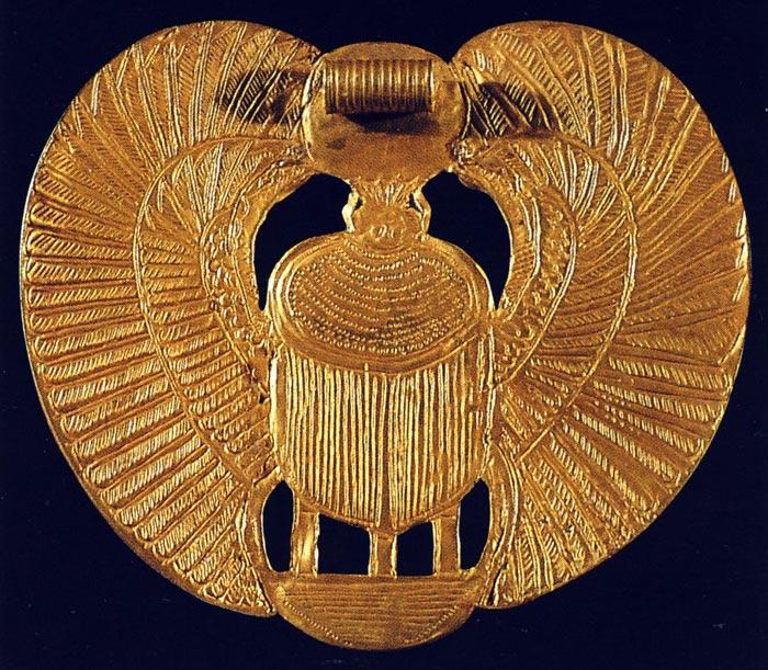 Foto 4. Reverso del pectoral del escarabajo de Tutankhamón. Foto en H. STIERLIN, L'or des pharaons, París, 1993, p. 57.