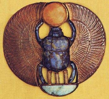 Foto 5. Colgante con escarabajo de Tutankhamón. Esta joya tiene el mismo diseño que el pectoral con escarabajo alado (Fig. 1), aunque se trata de una pieza más pequeña, en la que se ha eliminado el closionné en las zonas de las alas y se ha reducido la presencia de materiales preciosos. Foto en C. ALDRED, Jewels of the Pharaohs. Egyptian jewelry of the Dynastic Period, Londres, 1978.