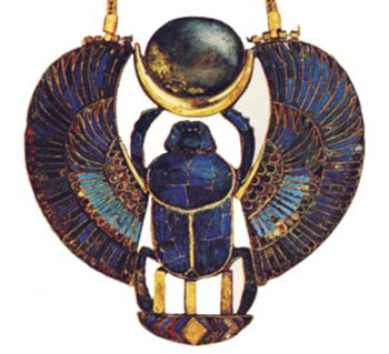 Foto 6. Pectoral de Tutankhamón. Esta pieza fue localizada sobre la momia del monarca, junto con un conjunto magnífico de joyas. El escarabajo alado y el nombre del monarca vuelven a ser aquí el centro de la composición, donde también encuentra relevancia la simbología lunar. Foto en T.G. HENRY JA MES, Tutankamón, Barcelona, 2001, p. 218.