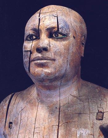Foto. 6 Detalle del rostro de Kaaper. Foto en J. P. CORTEGGIANI, L' Egypte des pharaons au Musée du Caire, París, 1986, p. 49.