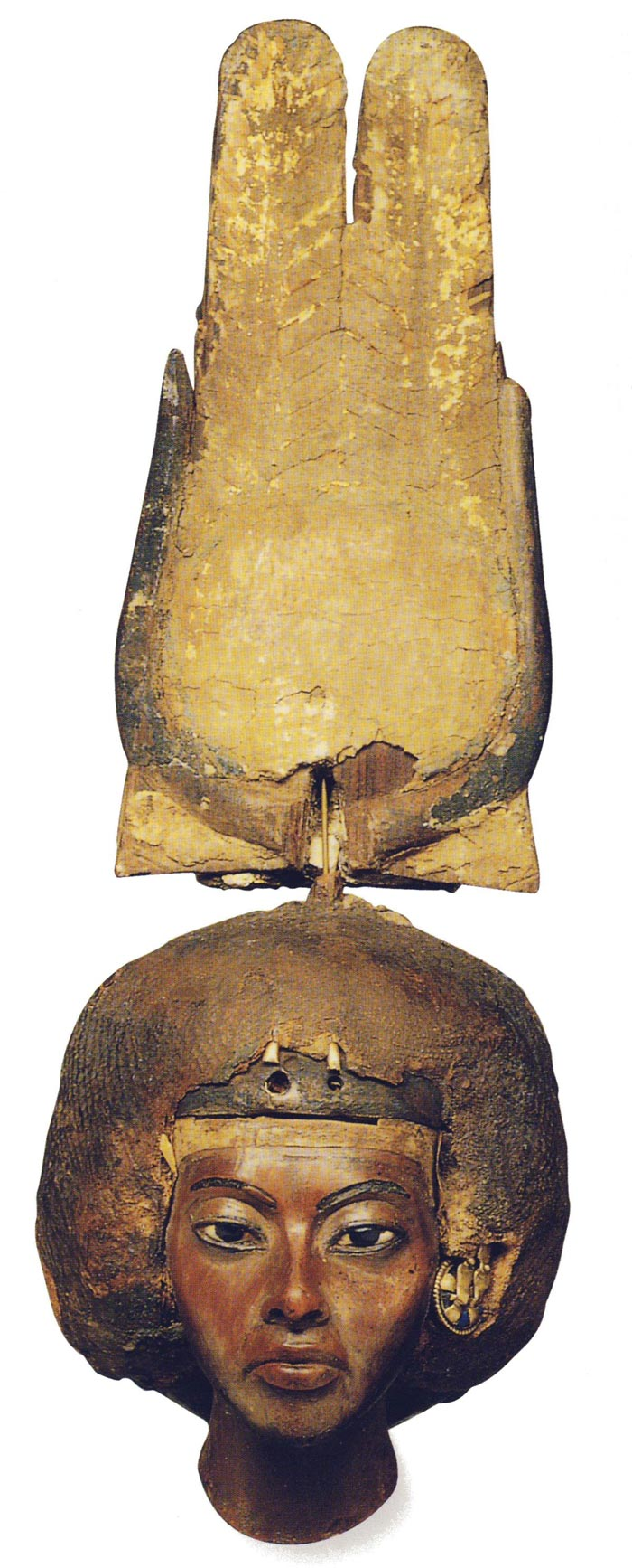 Fig. 2. (izquierda) Cabeza de Tiy con corona hathórica. Fotografía publicada en la obra de M. Camiano, Antiguo Egipto, Madrid, 2001, p. 179.