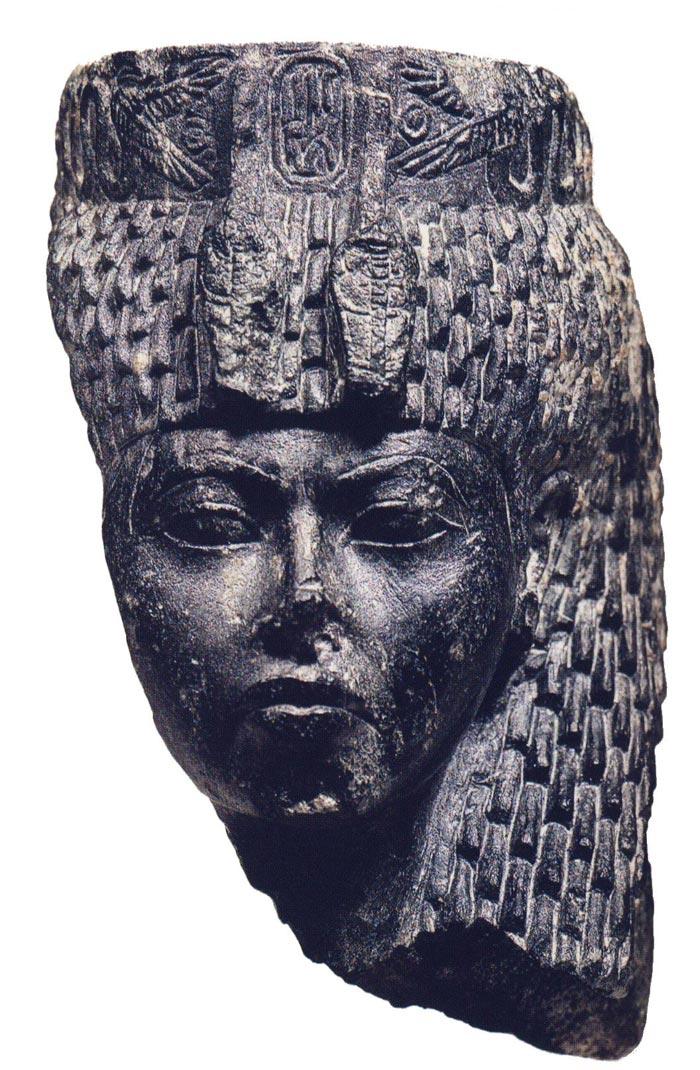 Fig. 4. Cabeza de figurilla de Tiy procedente de Serabit el- Khadim. Museo de El Cairo. Fotografía publicada en la obra de B. Manley, Los setenta grandes misterios el antiguo Egipto, Barcelona 2004, p. 30.