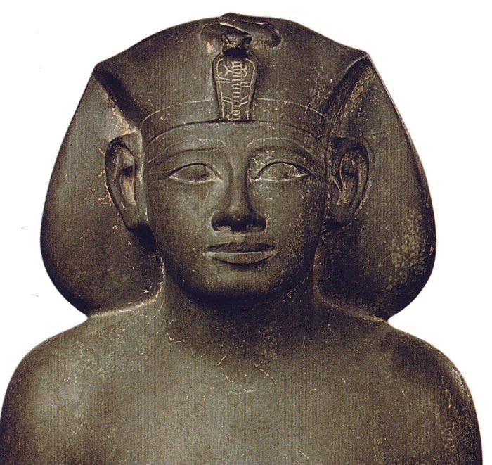 Fig. 8. Escultura que muestra a Amenofis II con khat. Dinastía XVIII. Museo de El Cairo, publicada en la obra Tesoros Egipcios en la colección del Museo Egipcio de El Cairo, p. 172. Fig. 9. Cabeza de Tiy. Frontal.
