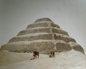 Fotografía a la albumina realizada por H. Arnoux, en el último tercio de 1800, que representa la pirámide escalonada de Saqqara. Colección particular del autor.
