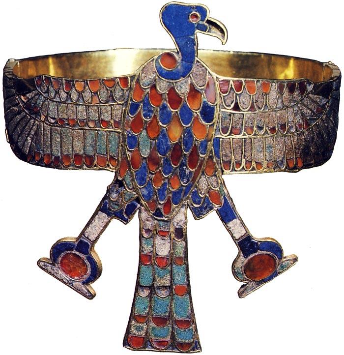 Fig. 1. Vista frontal del buitre en el brazalete. Adaptada de la publicación de H. Stierlin, L'or des pharaons, París, 1993, p. 118.
