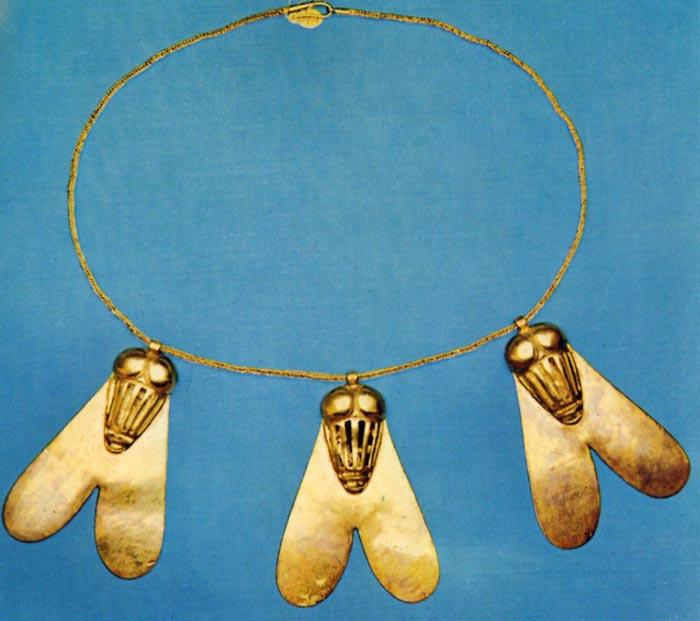 Fig. 2. Collar de las moscas, tomado de la publicación de C. Aldred, Jewels of the Pharaohs. Egyptian Jewelry of the Dynastic Period, Londres, 1978, Lám. 41.