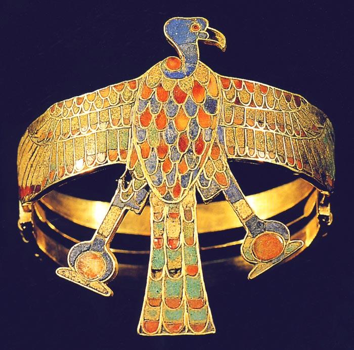 Fig. 3. Vista frontal del buitre en el brazalete, con ángulo ligeramente oblicuo. Tomado de la publicación de H. Wolfang Müller y E. Thien, El oro de los faraones, Madrid, 2001, p. 131.