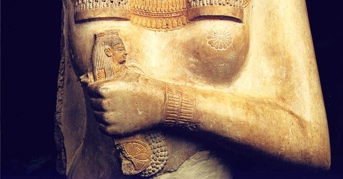 Fig. 5. Detalle del pezón con forma de roseta y del collar menat sostenido por la Reina Blanca en su mano. Detalle tomado de T. G. H. James, Ramesses. The Great, El Cairo 2002, p. 238.